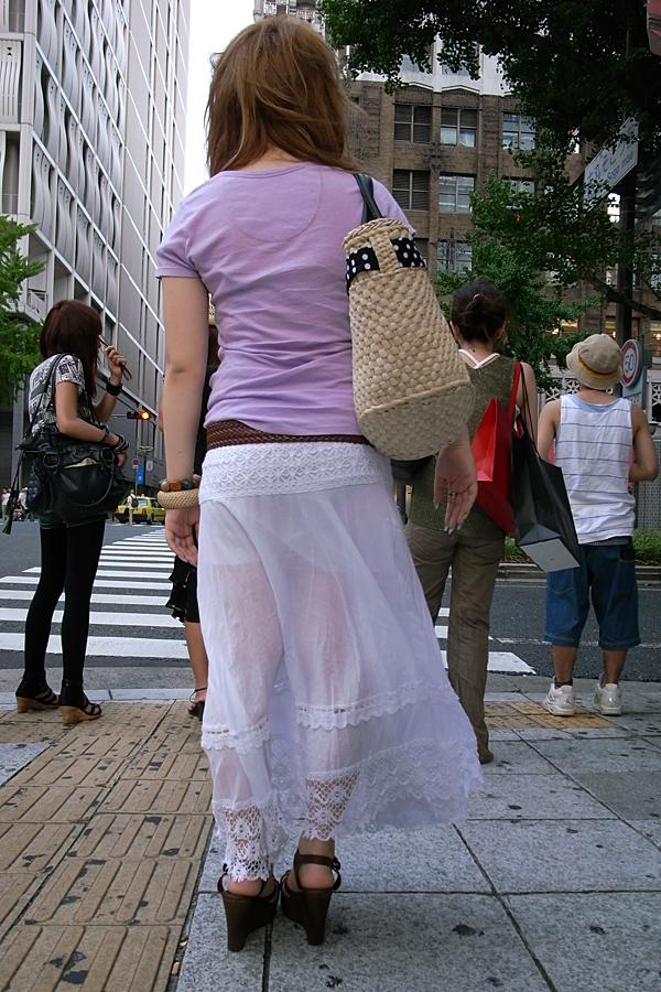 【透けスカートエロ画像】スカート透けてパンティー丸見えなのに気づかない素人女子たちの透けスカートのエロ画像集!ww【80枚】 39