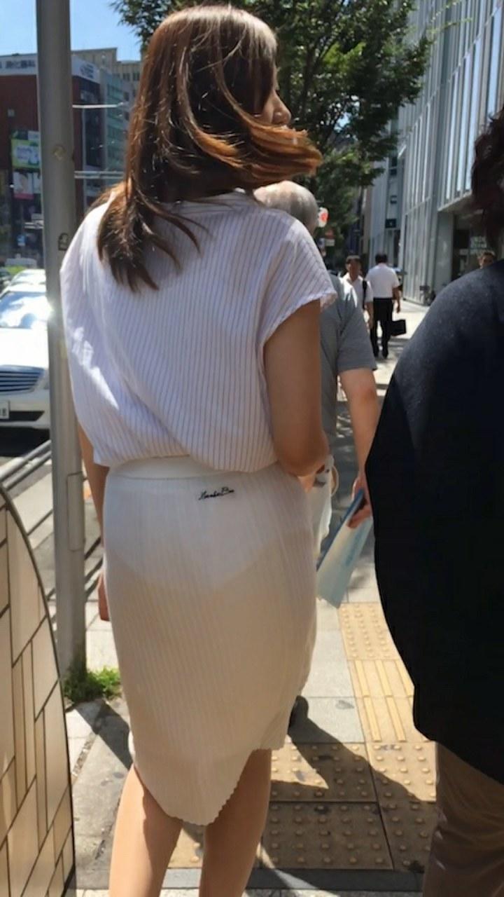 【透けスカートエロ画像】スカート透けてパンティー丸見えなのに気づかない素人女子たちの透けスカートのエロ画像集!ww【80枚】 40