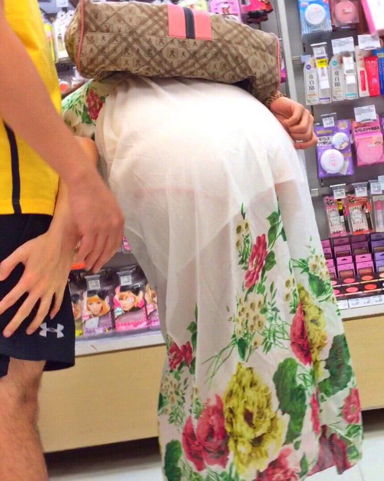 【透けスカートエロ画像】スカート透けてパンティー丸見えなのに気づかない素人女子たちの透けスカートのエロ画像集!ww【80枚】 42
