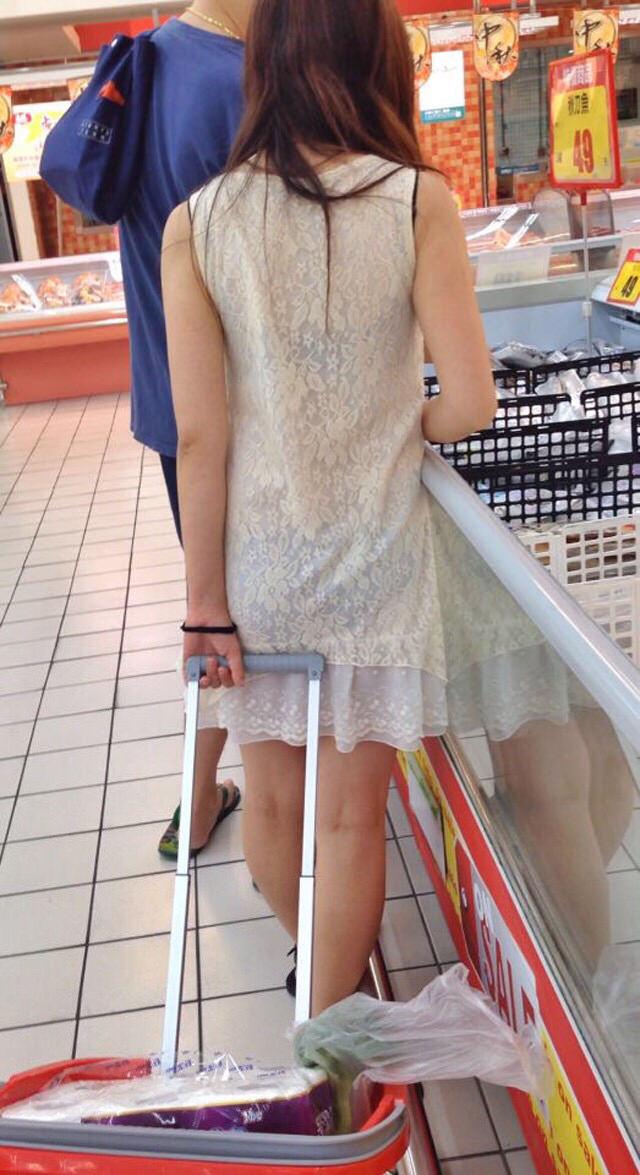【透けスカートエロ画像】スカート透けてパンティー丸見えなのに気づかない素人女子たちの透けスカートのエロ画像集!ww【80枚】 52
