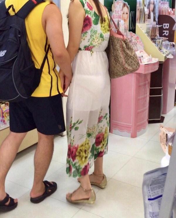 【透けスカートエロ画像】スカート透けてパンティー丸見えなのに気づかない素人女子たちの透けスカートのエロ画像集!ww【80枚】 53