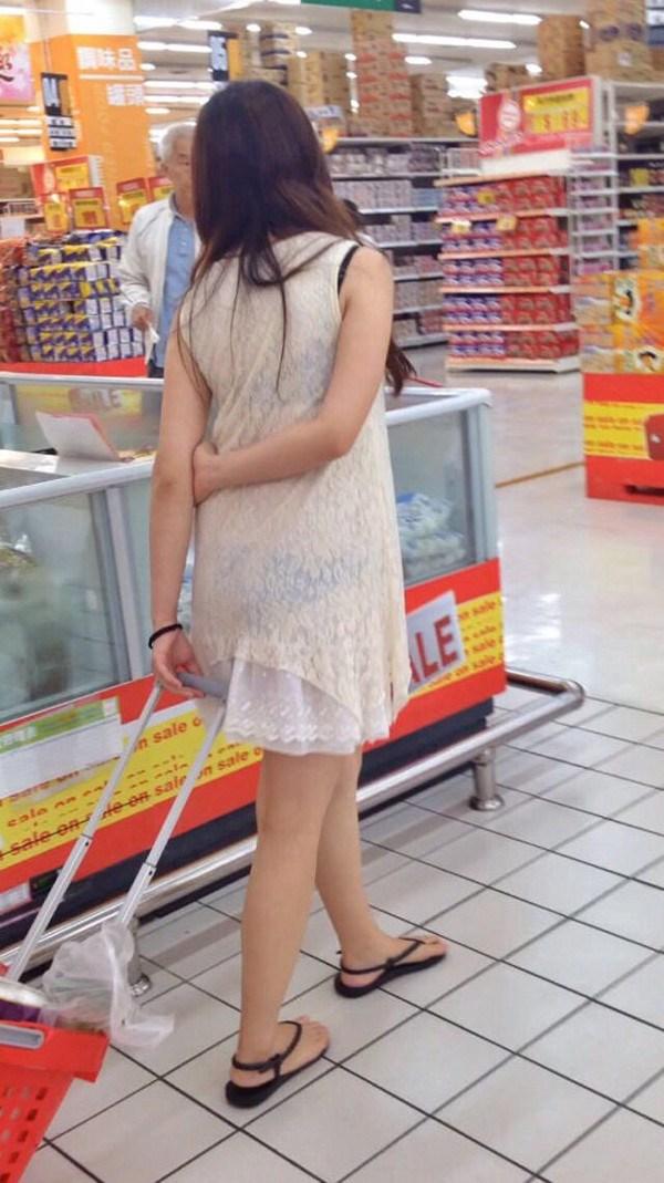 【透けスカートエロ画像】スカート透けてパンティー丸見えなのに気づかない素人女子たちの透けスカートのエロ画像集!ww【80枚】 56