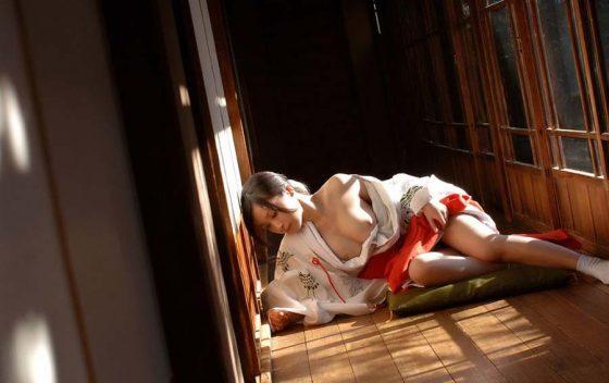 【巫女コスプレエロ画像】神聖な巫女装束を着た美少女たちがご奉仕フェラしてコスプレセックスしてる巫女コスプレのエロ画像集!ww【80枚】 14