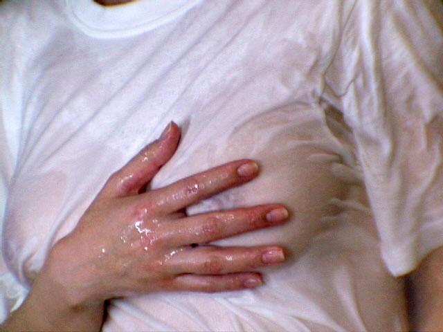 【濡れ透け乳首エロ画像】ノーブラ娘たちが服をびしょ濡れ状態にして乳首が丸見え!全裸よりもエロくなってる濡れ透け乳首のエロ画像集ww【80枚】 19