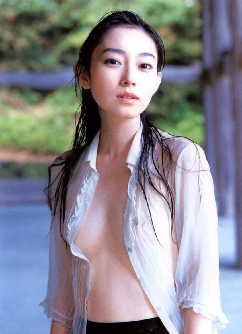 【濡れ透け乳首エロ画像】ノーブラ娘たちが服をびしょ濡れ状態にして乳首が丸見え!全裸よりもエロくなってる濡れ透け乳首のエロ画像集ww【80枚】 37