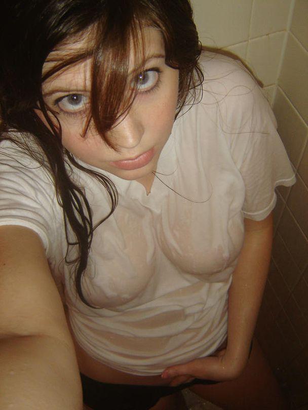 【濡れ透け乳首エロ画像】ノーブラ娘たちが服をびしょ濡れ状態にして乳首が丸見え!全裸よりもエロくなってる濡れ透け乳首のエロ画像集ww【80枚】 69