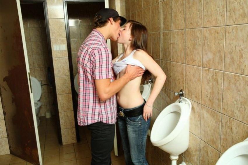 【トイレセックスエロ画像】公共トイレでフェラさせたり立ちバック挿入させてエロヤバ過ぎるトイレセックスのエロ画像集ww【80枚】 02