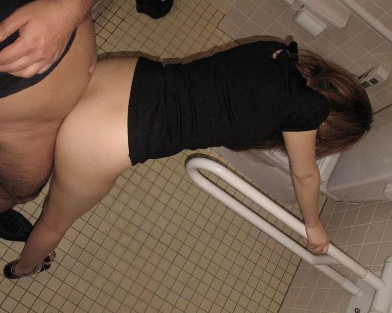 【トイレセックスエロ画像】公共トイレでフェラさせたり立ちバック挿入させてエロヤバ過ぎるトイレセックスのエロ画像集ww【80枚】 05