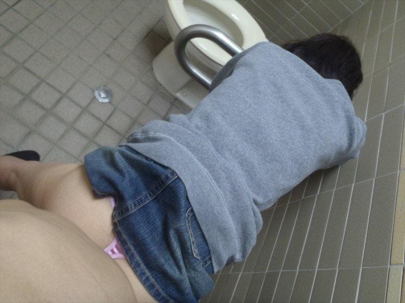 【トイレセックスエロ画像】公共トイレでフェラさせたり立ちバック挿入させてエロヤバ過ぎるトイレセックスのエロ画像集ww【80枚】 09