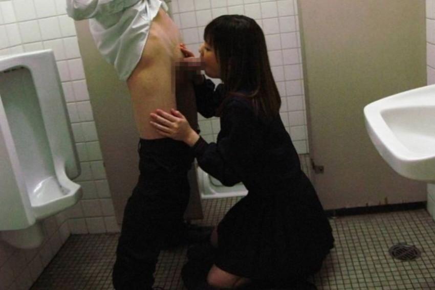 【トイレセックスエロ画像】公共トイレでフェラさせたり立ちバック挿入させてエロヤバ過ぎるトイレセックスのエロ画像集ww【80枚】 11