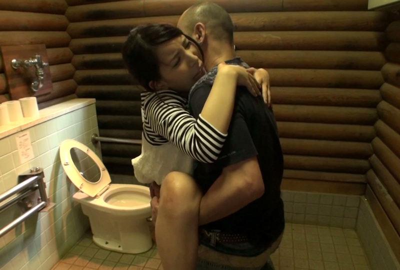 【トイレセックスエロ画像】公共トイレでフェラさせたり立ちバック挿入させてエロヤバ過ぎるトイレセックスのエロ画像集ww【80枚】 20
