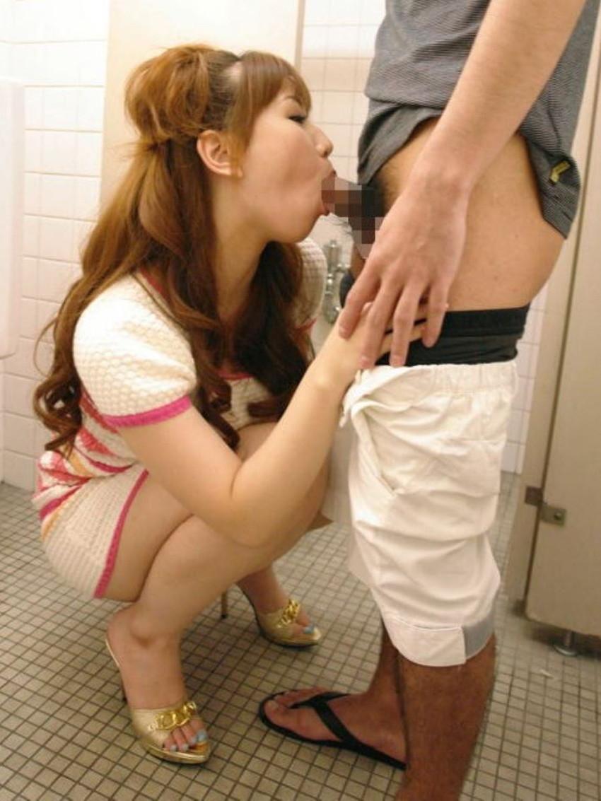 【トイレセックスエロ画像】公共トイレでフェラさせたり立ちバック挿入させてエロヤバ過ぎるトイレセックスのエロ画像集ww【80枚】 44