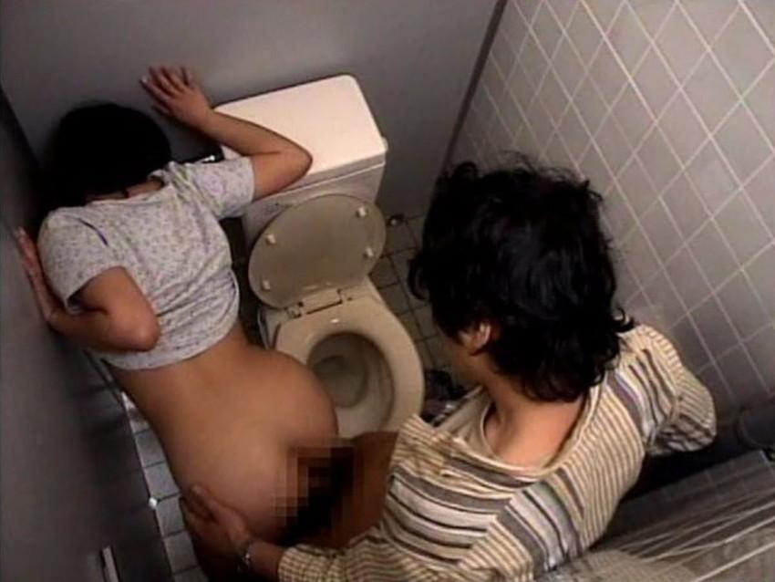 【トイレセックスエロ画像】公共トイレでフェラさせたり立ちバック挿入させてエロヤバ過ぎるトイレセックスのエロ画像集ww【80枚】 48