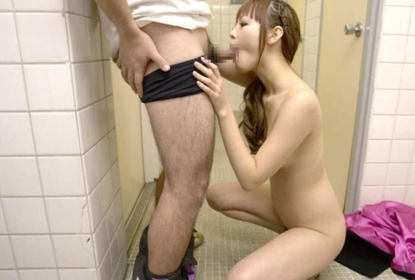 【トイレセックスエロ画像】公共トイレでフェラさせたり立ちバック挿入させてエロヤバ過ぎるトイレセックスのエロ画像集ww【80枚】 54
