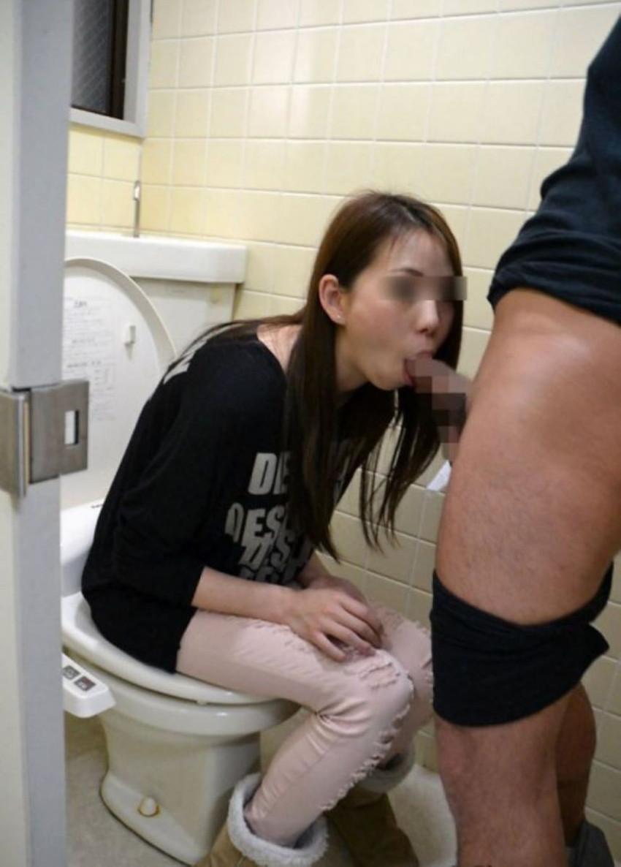 【トイレセックスエロ画像】公共トイレでフェラさせたり立ちバック挿入させてエロヤバ過ぎるトイレセックスのエロ画像集ww【80枚】 57