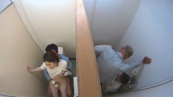 【トイレセックスエロ画像】公共トイレでフェラさせたり立ちバック挿入させてエロヤバ過ぎるトイレセックスのエロ画像集ww【80枚】 59