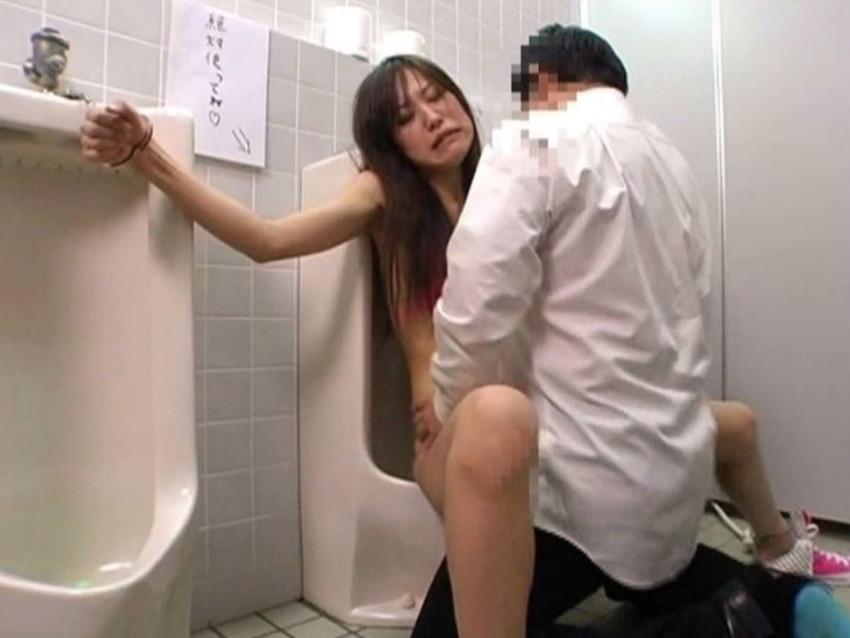 【トイレセックスエロ画像】公共トイレでフェラさせたり立ちバック挿入させてエロヤバ過ぎるトイレセックスのエロ画像集ww【80枚】 62