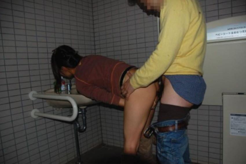 【トイレセックスエロ画像】公共トイレでフェラさせたり立ちバック挿入させてエロヤバ過ぎるトイレセックスのエロ画像集ww【80枚】 68
