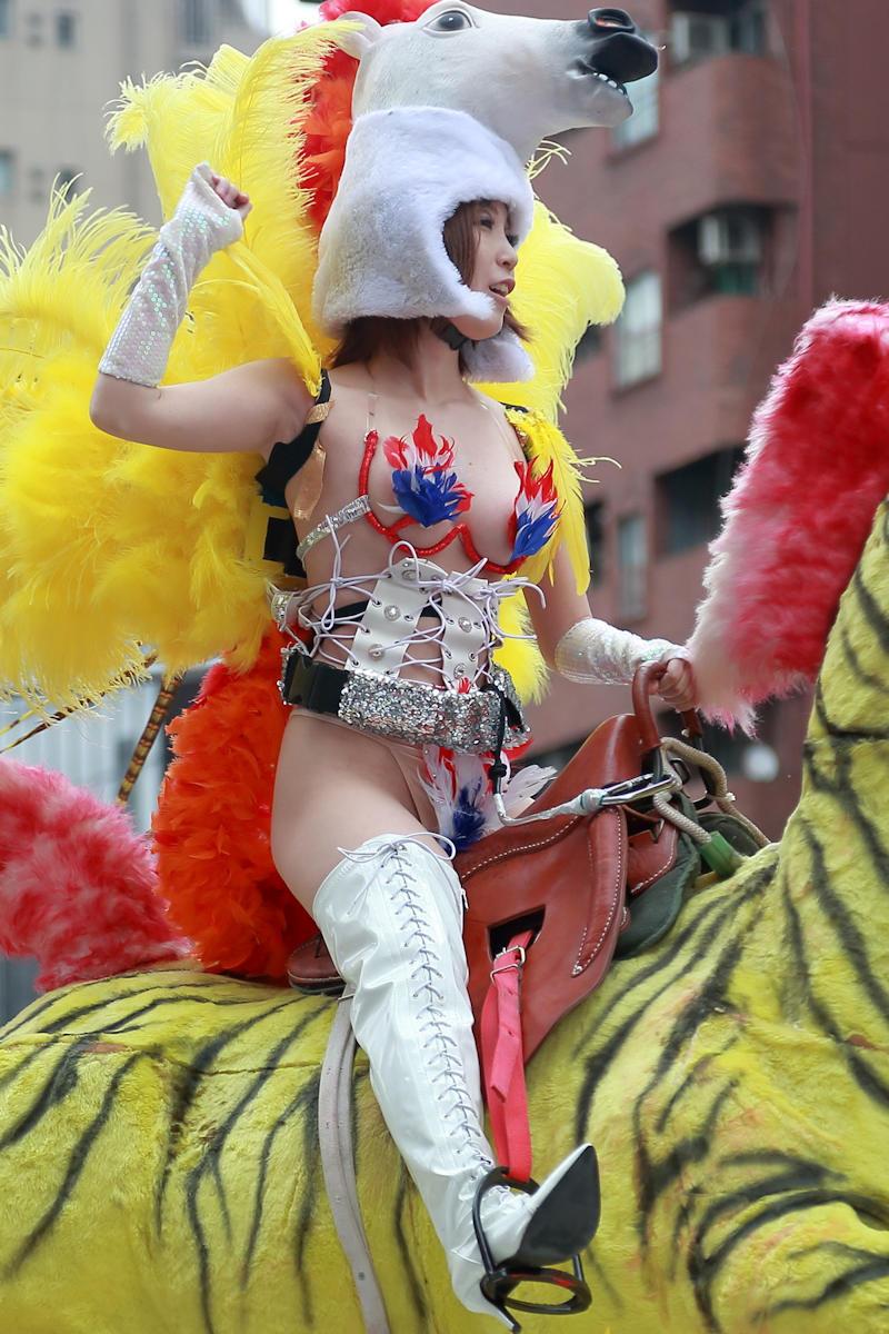 【サンバカーニバルエロ画像】日本の商店がでも胸チラ尻チラ必死のエロコスになってきた過激過ぎるサンバカーニバルのエロ画像集ww【80枚】 64