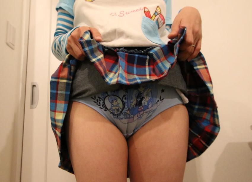 【スカートたくし上げエロ画像】スカートの美少女やお姉さん達が恥じらいながらゆっくりとパンティー見せてくれてるスカートたくし上げのエロ画像集!ww【80枚】 05