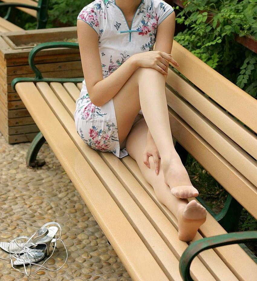 【足組みエロ画像】パンティー見えそうで見えない美脚なOLやお姉さんたちの足組みエロ画像集ww【80枚】 19