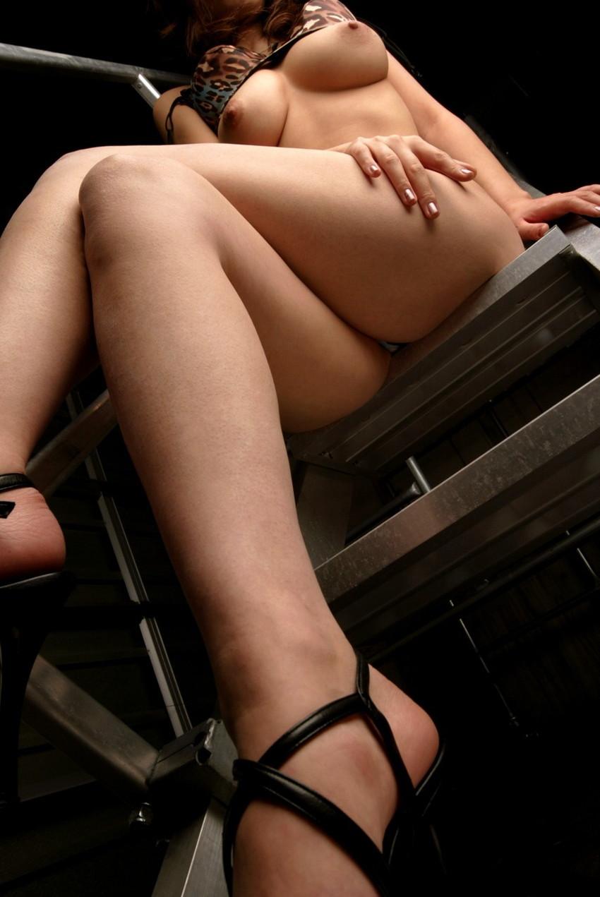 【足組みエロ画像】パンティー見えそうで見えない美脚なOLやお姉さんたちの足組みエロ画像集ww【80枚】 23