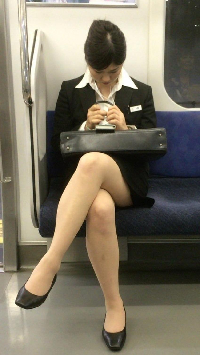 【足組みエロ画像】パンティー見えそうで見えない美脚なOLやお姉さんたちの足組みエロ画像集ww【80枚】 44