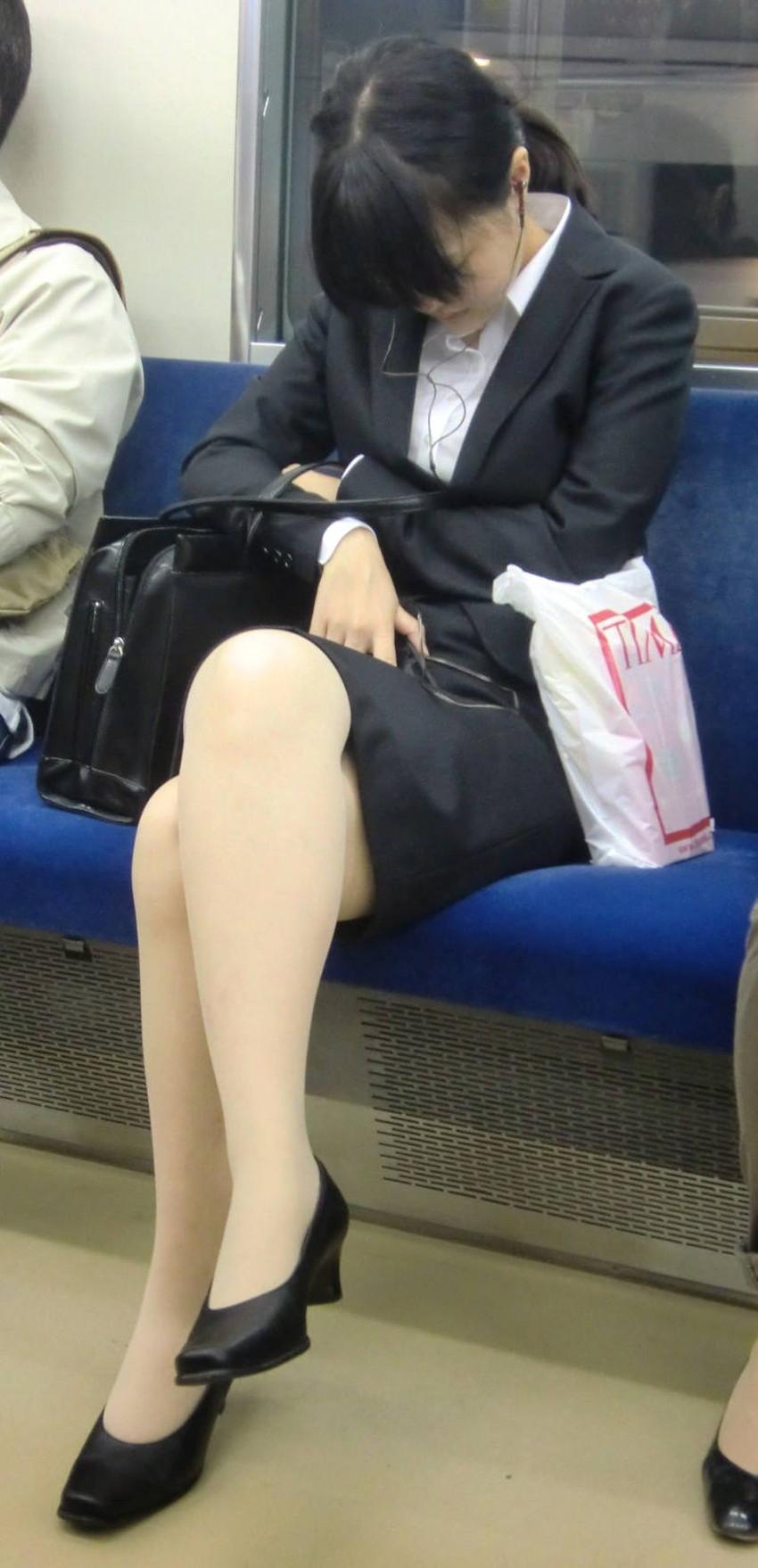 【足組みエロ画像】パンティー見えそうで見えない美脚なOLやお姉さんたちの足組みエロ画像集ww【80枚】 45