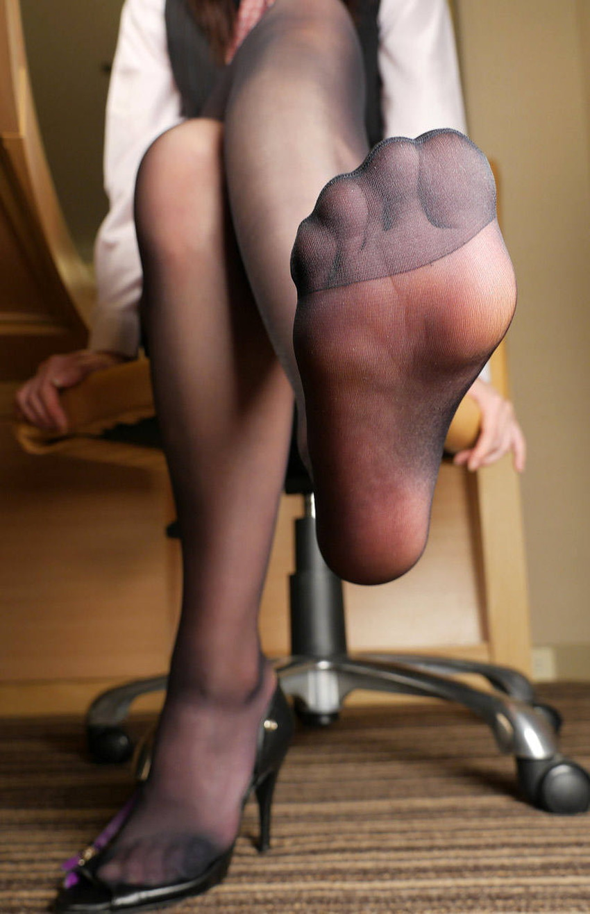 【足組みエロ画像】パンティー見えそうで見えない美脚なOLやお姉さんたちの足組みエロ画像集ww【80枚】 46