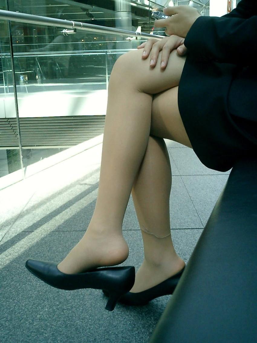 【足組みエロ画像】パンティー見えそうで見えない美脚なOLやお姉さんたちの足組みエロ画像集ww【80枚】 66