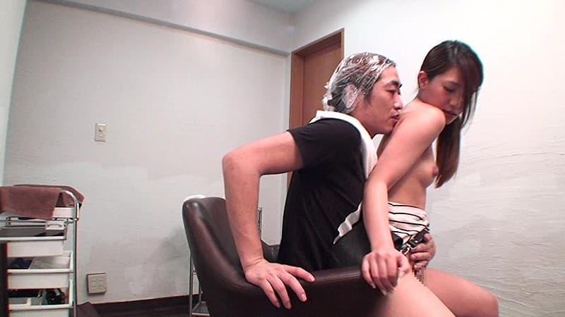 【美容院セックスエロ画像】散髪しにきたら美容師に胸チラ見せつけられてガチセックスwwサービスでフェラや手コキもしてくれた美容院セックスのエロ画像集ww【80枚】 45