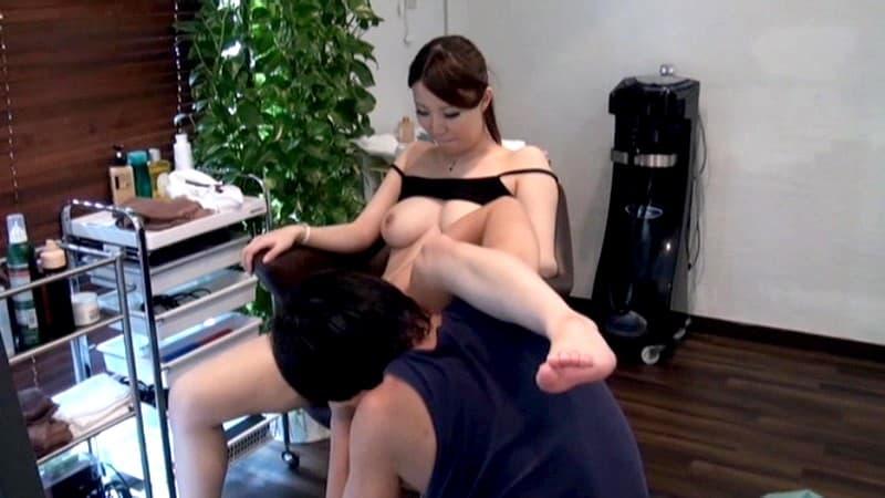 【美容院セックスエロ画像】散髪しにきたら美容師に胸チラ見せつけられてガチセックスwwサービスでフェラや手コキもしてくれた美容院セックスのエロ画像集ww【80枚】 47