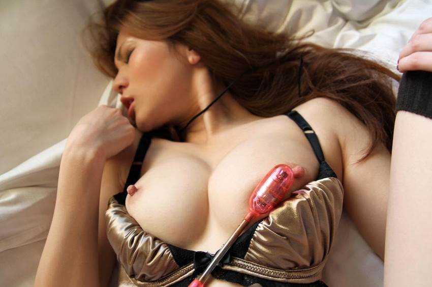 【乳首ローター画像】女子の乳首にローターを貼り付けておっぱい調教したり、ローターを乳首に当ててチクニーしてる変態女子たちの乳首ローターのエロ画像集!ww【80枚】 34