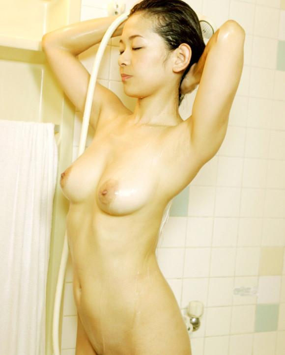 【濡れ髪ヌード画像】おっぱいもおまんこも露出してるお姉さんの髪が濡れてたら何倍もエロく感じる濡れ髪ヌードのエロ画像集!ww【80枚】 25