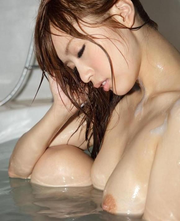 【濡れ髪ヌード画像】おっぱいもおまんこも露出してるお姉さんの髪が濡れてたら何倍もエロく感じる濡れ髪ヌードのエロ画像集!ww【80枚】 26