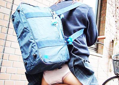 【巻き込みスカートエロ画像】制服JKやミニスカ女子達がトイレ後パンティーやバッグにスカート巻き込んで素人パンティー丸見え状態な巻き込みスカートのエロ画像集ww【80枚】