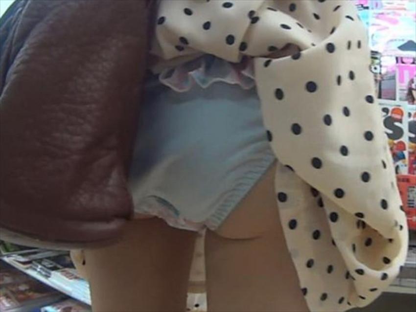 【巻き込みスカートエロ画像】制服JKやミニスカ女子達がトイレ後パンティーやバッグにスカート巻き込んで素人パンティー丸見え状態な巻き込みスカートのエロ画像集ww【80枚】 03