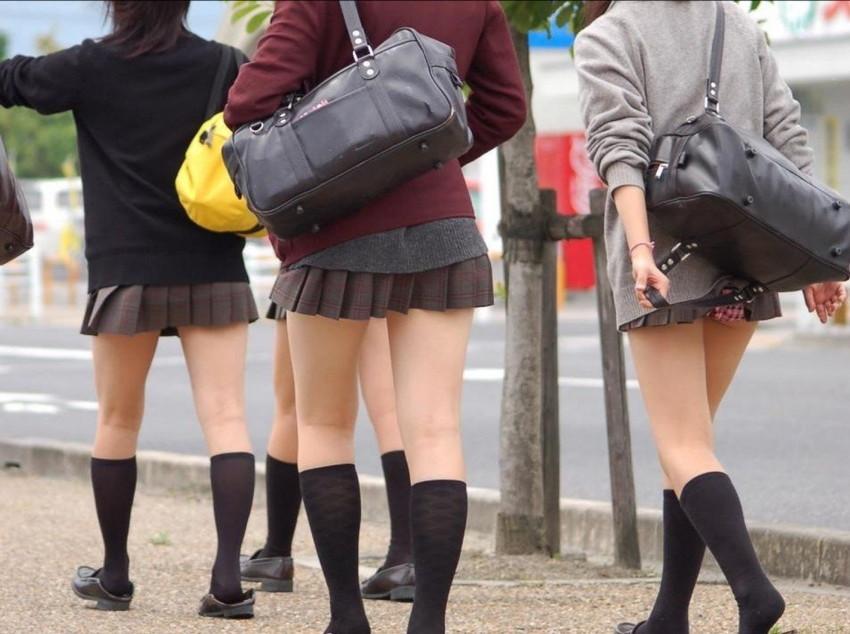 【巻き込みスカートエロ画像】制服JKやミニスカ女子達がトイレ後パンティーやバッグにスカート巻き込んで素人パンティー丸見え状態な巻き込みスカートのエロ画像集ww【80枚】 05
