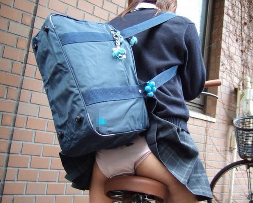 【巻き込みスカートエロ画像】制服JKやミニスカ女子達がトイレ後パンティーやバッグにスカート巻き込んで素人パンティー丸見え状態な巻き込みスカートのエロ画像集ww【80枚】 11