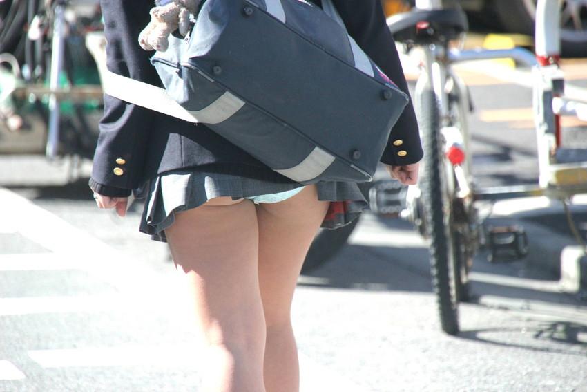 【巻き込みスカートエロ画像】制服JKやミニスカ女子達がトイレ後パンティーやバッグにスカート巻き込んで素人パンティー丸見え状態な巻き込みスカートのエロ画像集ww【80枚】 12