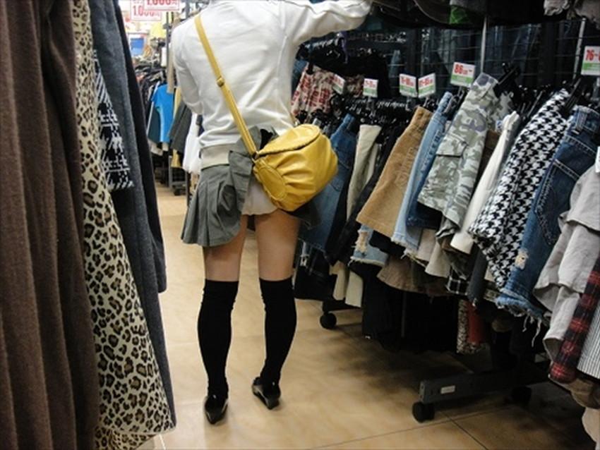 【巻き込みスカートエロ画像】制服JKやミニスカ女子達がトイレ後パンティーやバッグにスカート巻き込んで素人パンティー丸見え状態な巻き込みスカートのエロ画像集ww【80枚】 19