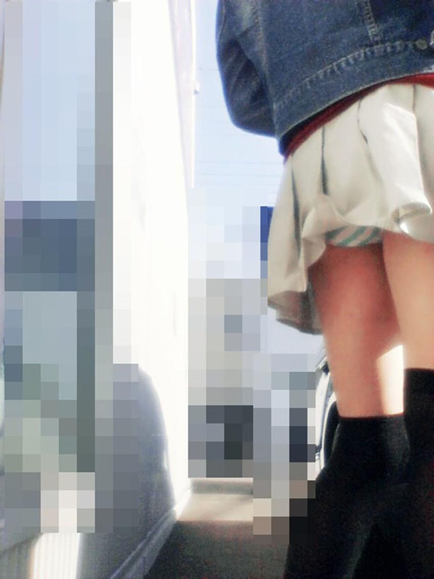 【巻き込みスカートエロ画像】制服JKやミニスカ女子達がトイレ後パンティーやバッグにスカート巻き込んで素人パンティー丸見え状態な巻き込みスカートのエロ画像集ww【80枚】 23