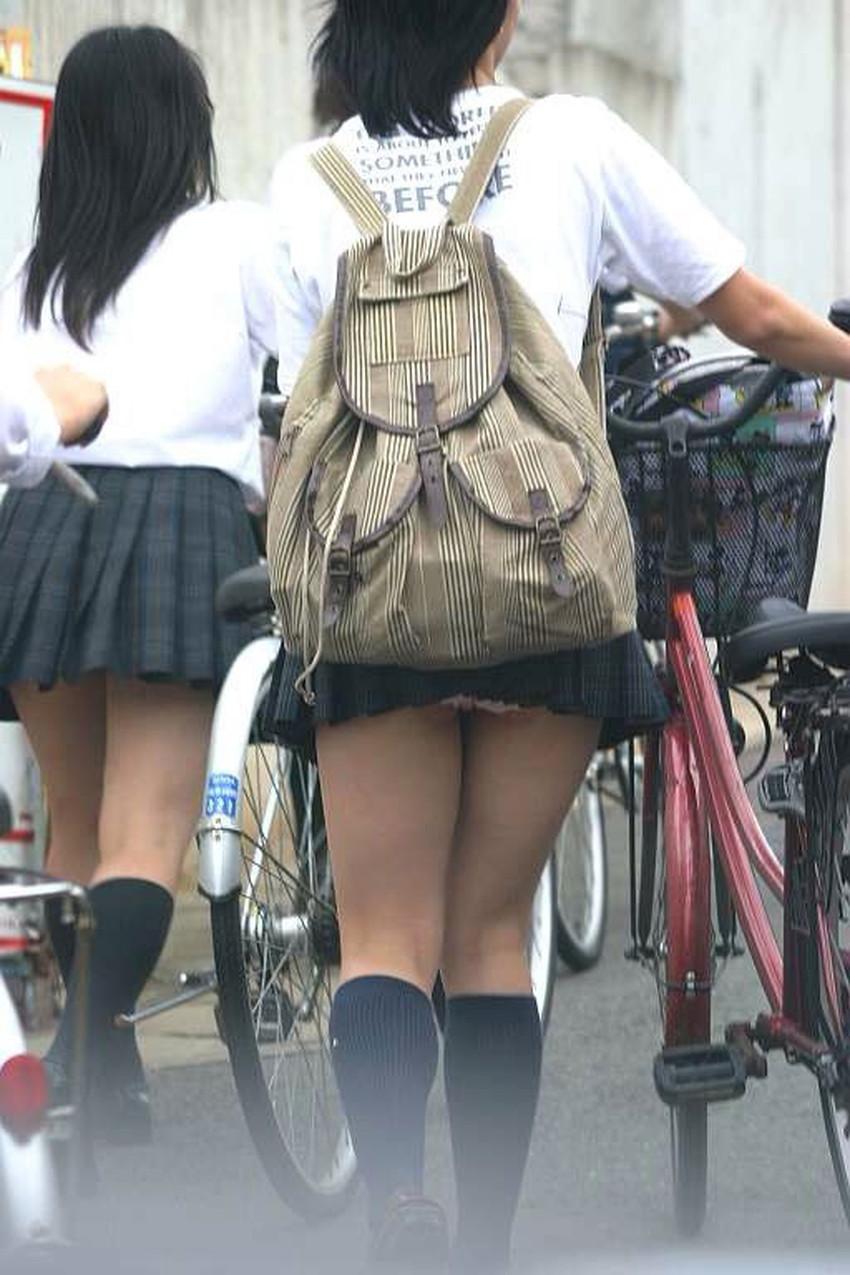 【巻き込みスカートエロ画像】制服JKやミニスカ女子達がトイレ後パンティーやバッグにスカート巻き込んで素人パンティー丸見え状態な巻き込みスカートのエロ画像集ww【80枚】 25