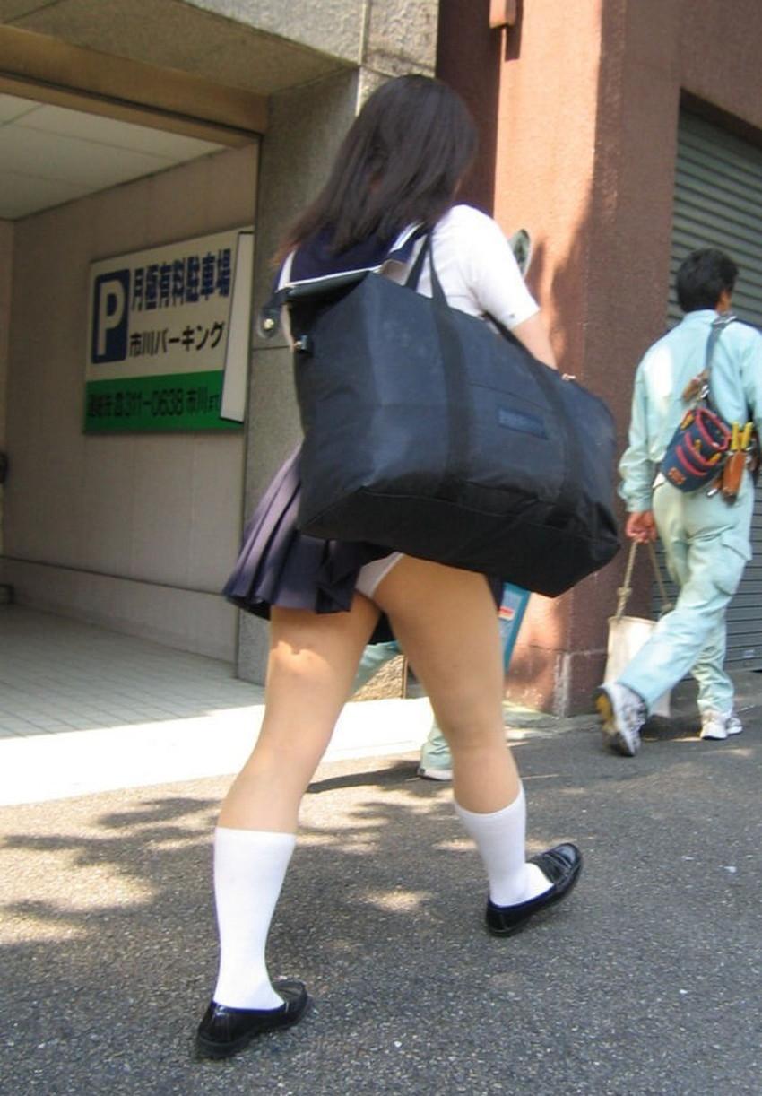 【巻き込みスカートエロ画像】制服JKやミニスカ女子達がトイレ後パンティーやバッグにスカート巻き込んで素人パンティー丸見え状態な巻き込みスカートのエロ画像集ww【80枚】 27