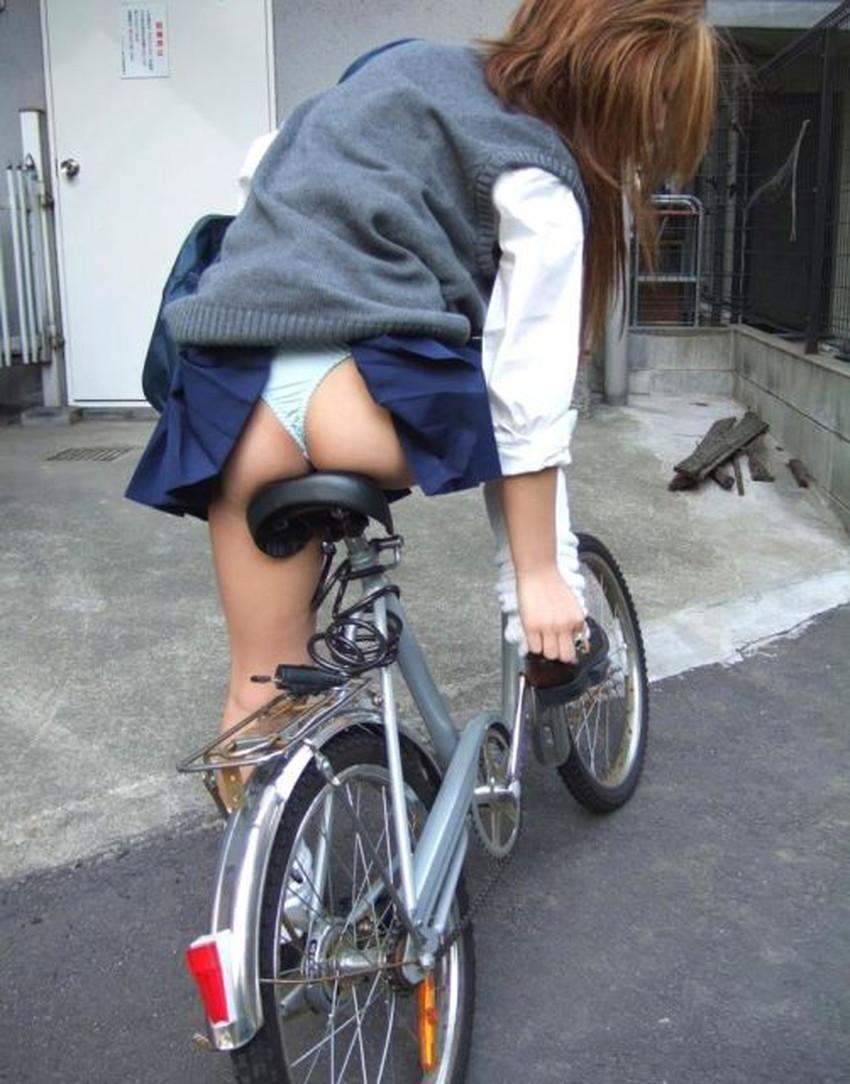 【巻き込みスカートエロ画像】制服JKやミニスカ女子達がトイレ後パンティーやバッグにスカート巻き込んで素人パンティー丸見え状態な巻き込みスカートのエロ画像集ww【80枚】 36