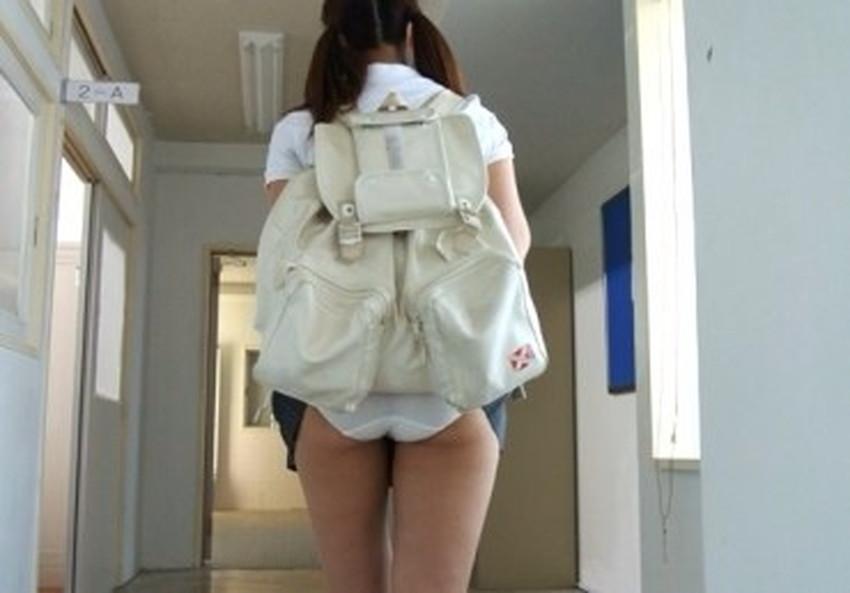 【巻き込みスカートエロ画像】制服JKやミニスカ女子達がトイレ後パンティーやバッグにスカート巻き込んで素人パンティー丸見え状態な巻き込みスカートのエロ画像集ww【80枚】 47