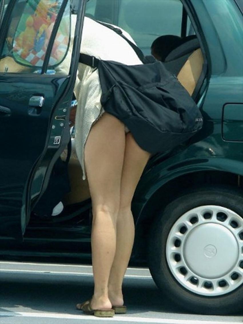 【巻き込みスカートエロ画像】制服JKやミニスカ女子達がトイレ後パンティーやバッグにスカート巻き込んで素人パンティー丸見え状態な巻き込みスカートのエロ画像集ww【80枚】 52