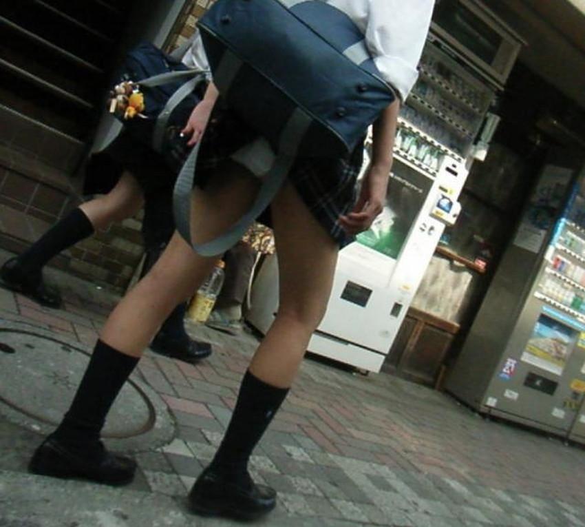 【巻き込みスカートエロ画像】制服JKやミニスカ女子達がトイレ後パンティーやバッグにスカート巻き込んで素人パンティー丸見え状態な巻き込みスカートのエロ画像集ww【80枚】 55