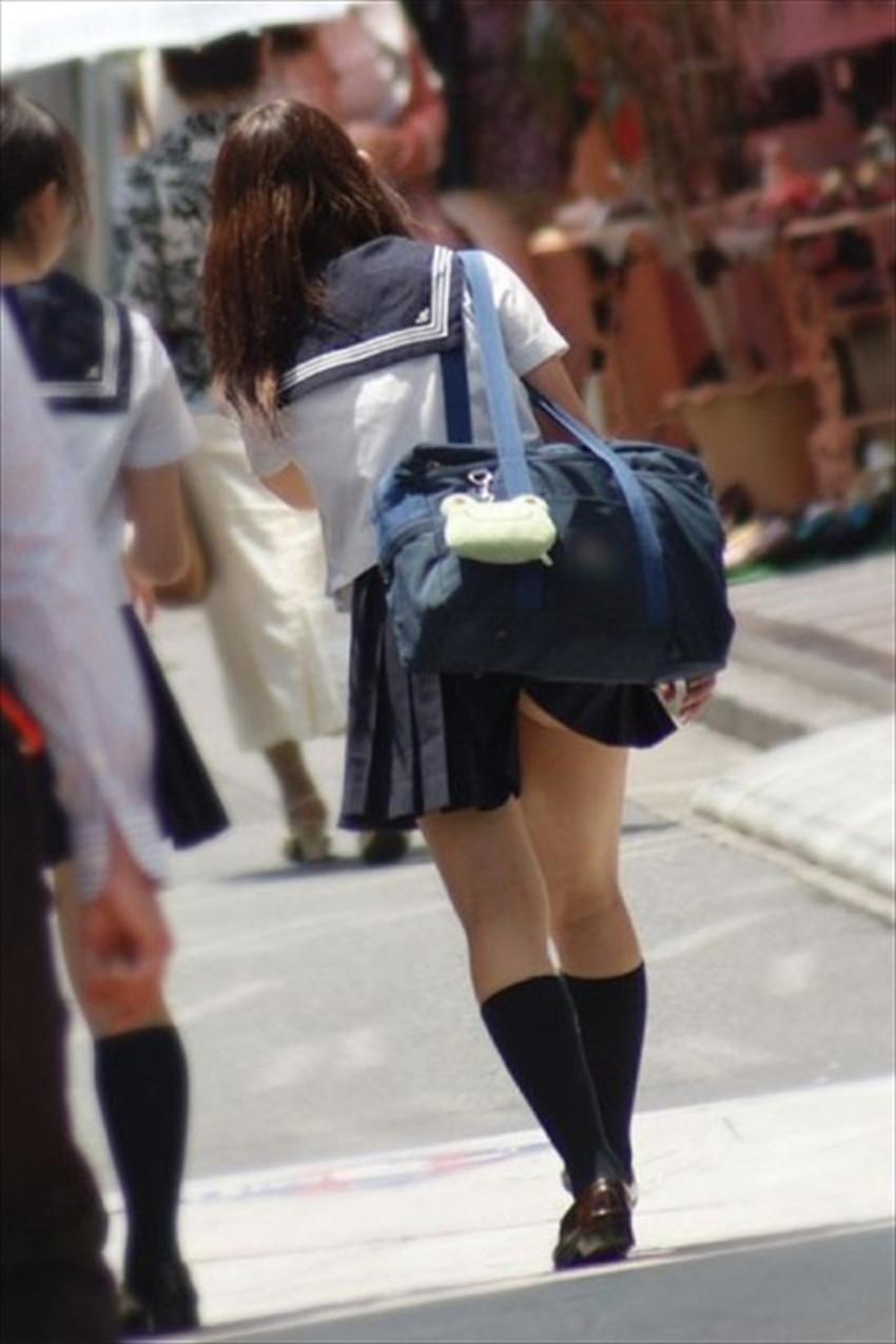 【巻き込みスカートエロ画像】制服JKやミニスカ女子達がトイレ後パンティーやバッグにスカート巻き込んで素人パンティー丸見え状態な巻き込みスカートのエロ画像集ww【80枚】 56