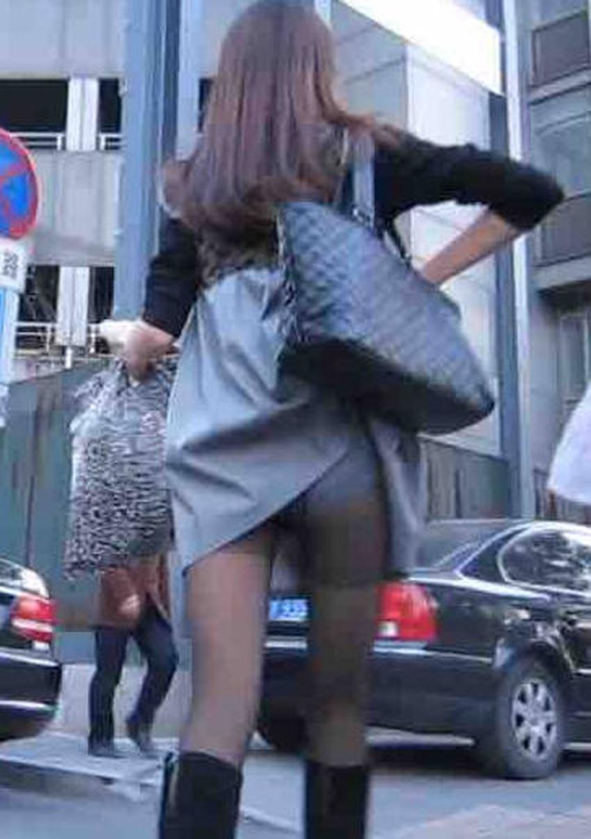 【巻き込みスカートエロ画像】制服JKやミニスカ女子達がトイレ後パンティーやバッグにスカート巻き込んで素人パンティー丸見え状態な巻き込みスカートのエロ画像集ww【80枚】 57